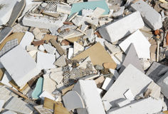 Verschiedene gebrochene Beflaggung und Steine Stockbild