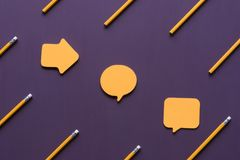 Verschiedene geformte klebrige Anmerkungen und Bleistifte Lizenzfreie Stockfotos
