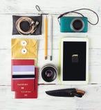 Verschiedene Gegenstände für das Reisen auf Holz Lizenzfreie Stockfotografie