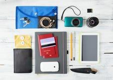 Verschiedene Gegenstände für das Reisen auf Holz Stockfotografie