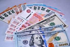 Verschiedene Gelddollar, -Euros und -Rubel stockfotos