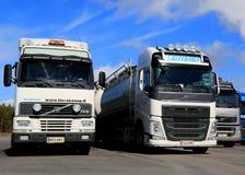 Verschiedene Generationen von LKW Volvos FH in Folge geparkt Stockfoto