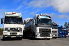Verschiedene Generationen von LKW Volvos FH in Folge geparkt Lizenzfreie Stockfotografie