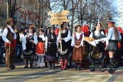 Verschiedene Generationsleute mit Volkskostümen auf den Straßen von Pernik während Surva-Festivals Stockfotos