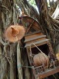 Verschiedene generische hölzerne religiöse Einzelteile, die einen heiligen Baum in B schmücken Stockfotos