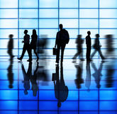 Verschiedene Geschäftsleute in der Hauptverkehrszeit Stockbilder