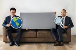 Verschiedene Geschäftsmänner, die zusammen mit Ikonen sitzen Lizenzfreies Stockbild