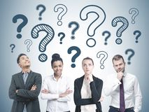 Verschiedene Geschäftsteammitglieder, Fragezeichen lizenzfreies stockbild
