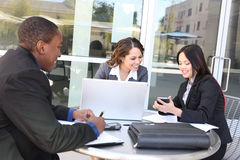 Verschiedene Geschäftsteamsitzung als Gruppe Lizenzfreies Stockfoto