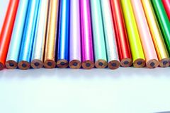 Verschiedene geschärfte bunte Bleistifte und Radiergummis Stockfoto