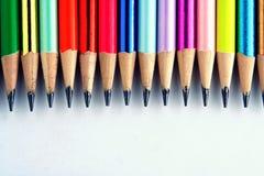 Verschiedene geschärfte bunte Bleistifte und Radiergummis Lizenzfreie Stockbilder