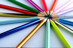 Verschiedene geschärfte bunte Bleistifte und Radiergummis Lizenzfreies Stockbild