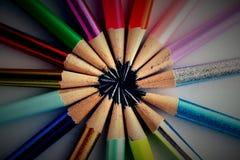 Verschiedene geschärfte bunte Bleistifte und Radiergummis Lizenzfreies Stockfoto