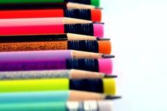 Verschiedene geschärfte bunte Bleistifte und Radiergummis Stockfotos