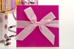 Verschiedene Geschenkkästen mit Bogen und Farbband Stockfotografie