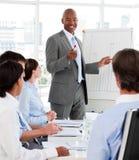 Verschiedene Geschäftsleute, die einen Unternehmensplan studieren Lizenzfreies Stockbild