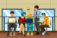Verschiedene Geschäftsleute, die zusammenarbeiten Lizenzfreie Stockfotografie