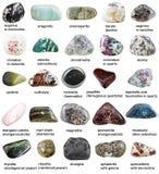 Verschiedene gestolperte Mineralien mit Namen lokalisiert Lizenzfreie Stockfotos