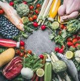 Verschiedene gesunde organische ausgeglichene Lebensmittelinhaltsstoffe: Gemüse, Fische, Fleisch, Huhn, Früchte und Beeren, Säfte Lizenzfreie Stockbilder