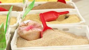Verschiedene Getreide in den K?sten auf dem Z?hler im Supermarkt stock video footage