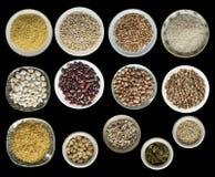 Verschiedene Getreidearten, Samen, Bohnen, Erbsen auf den Platten lokalisiert auf schwarzem Hintergrund, Draufsicht stockbild