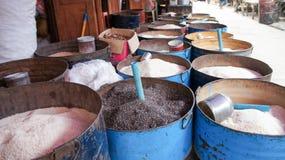 Verschiedene Gewürze auf einem lokalen asiatischen Markt in den Stahlfässern lizenzfreie stockfotos