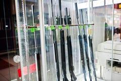 Verschiedene Gewehre auf Regalen speichern Waffen auf Shopmitte Stockbild