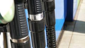 Verschiedene Gewehre für strömenden Benzinfall in der Reihe an der Tankstelle Benzin- oder Tankstellegastanksäuledüse stock video