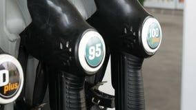 Verschiedene Gewehre für strömenden Benzinfall in der Reihe an der Tankstelle Benzin- oder Tankstellegastanksäuledüse stock video footage