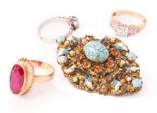 Verschiedene goldene Ringe und antike Brosche  stockfotografie