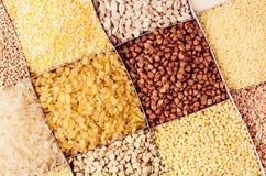 Verschiedene Grützen der Sammlung in den Zellen Getreidehintergrund Draufsicht, Nahaufnahme Stockbild
