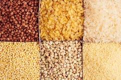 Verschiedene Grützen der Sammlung in den Zellen Getreidehintergrund Draufsicht, Nahaufnahme Stockfotos