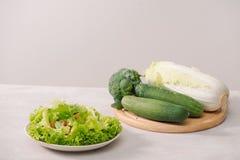 Verschiedene gr?ne organische Salatbestandteile auf wei?em Hintergrund Gesunder Lebensstil oder Detoxdi?tlebensmittelkonzept lizenzfreie stockfotografie