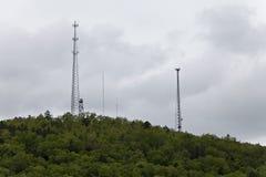 Verschiedene -groß Türme auf einem üppigen grünen Berg Lizenzfreie Stockfotografie