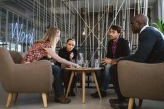 Verschiedene Gruppe Führungskräfte, die Geschäft besprechen stockbild