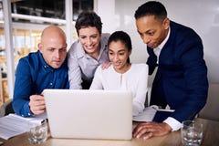 Verschiedene Gruppe Geschäftsleute, die im Team arbeiten Lizenzfreie Stockfotografie