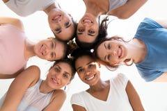 Verschiedene Gruppe junge sportliche attraktive Mädchen genießen Zeit togeth lizenzfreies stockfoto