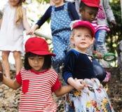 Verschiedene Gruppe Kinder auf einem fieldrtip lizenzfreie stockfotos