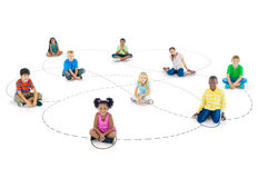 Verschiedene Gruppe Kinder, die auf dem Boden sitzen Stockbild