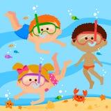 Verschiedene Gruppe Kinder mit Tauchen maskiert Schwimmen unter dem Meer stock abbildung
