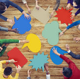 Verschiedene Gruppe von Personen, die bunte Sprache-Blasen bildet Stockfoto