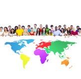 Verschiedene Gruppe von Personen mit bunter Weltkarte Stockfoto