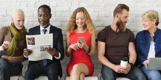 Verschiedene Gruppe von Personenen-Gemeinschaftszusammengehörigkeits-Technologie-sitzendes Konzept stockfotografie