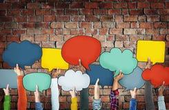 Verschiedene Hände, die bunte Sprache-Blasen halten Stockbild