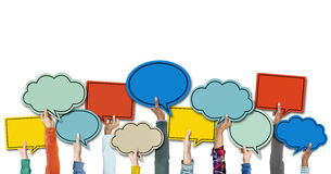 Verschiedene Hände, die bunte Sprache-Blasen halten Stockbilder