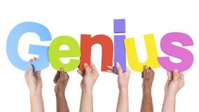 Verschiedene Hände, die das Wort-Genie halten lizenzfreie stockbilder