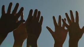 Verschiedene Hände zum Himmel anhebende, wählende oder grüßende Leute Konzept der Einheit stock video footage