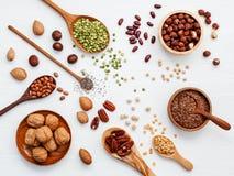 Verschiedene Hülsenfrüchte und verschiedene Arten von nuts Walnusskernen, haz Stockbilder