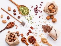 Verschiedene Hülsenfrüchte und verschiedene Arten von nuts Walnusskernen, haz Lizenzfreies Stockbild