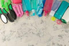 Verschiedene Haarpflegeprodukte und verschiedene Zusätze für Haarkämme, Gummibänder, Lockenwickler, kräuselnd Auf einem hellen Hi stockfotos